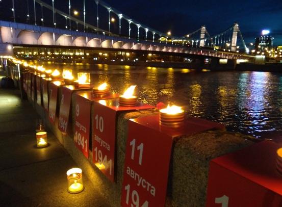 На Крымской набережной Москвы зажглась «Линия памяти» в 1418 свечей