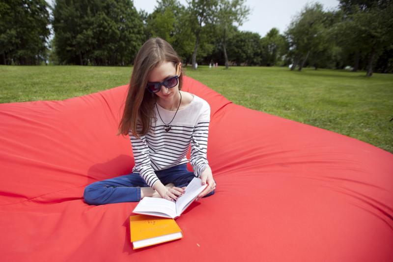 Новые шезлонги и кресла установили в Царицынском парке