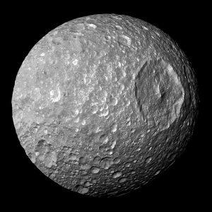 Небесное тело удивительно похоже на боевую станцию из саги Джорджа Лукаса. Фото: NASA