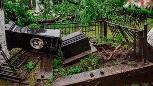 Последствия урагана в некрополе. Фото: пресс-служба Донского монастыря