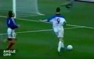 Сборная России в отборочном матче чемпионата Европы-2000 обыграла сборную Франции со счетом 3:2. Фото: скриншот с видео