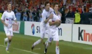 Нападающий сборной России Андрей Аршавин празднует третий гол в ворота сборной Голландии. Фото: скриншот с видео