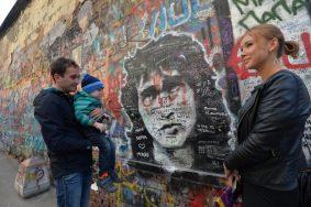 """Стена Цоя на Арбате - одно из самых популярных мест поклонников музыканта. Фото: Артем Житенев, """"Вечерняя Москва"""""""