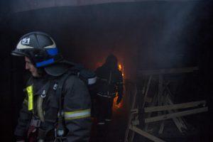 В ангаре возник крупный пожар. Фото: Артем Житенев