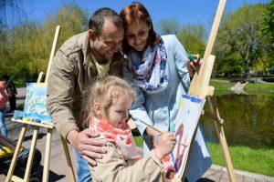 Дети вместе с родителями, вооружившись бумагой и карандашом, на время превратятся в художников-иллюстраторов.
