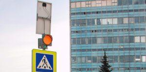 Светодиодные сигналы помогают заранее распознать место с пешеходами. Фото: mos.ru