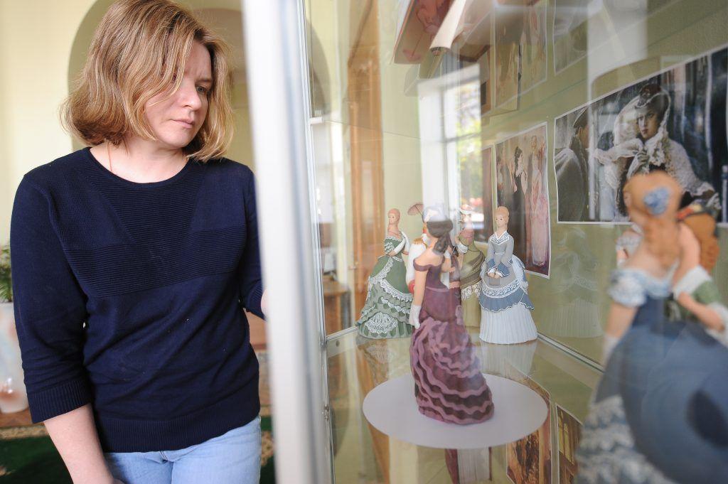 Дворянские куклы танцуют вальс