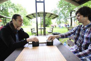6 августа 2017 года. Вадим Филиппов (слева) и Григорий Карпенко начинают партию го. Фото: Пелагия Замятина