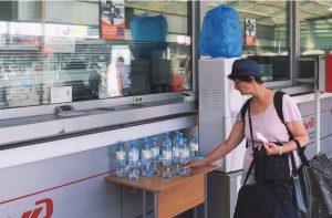 На МЦК и Ленинградском вокзале в Москве начали раздавать воду