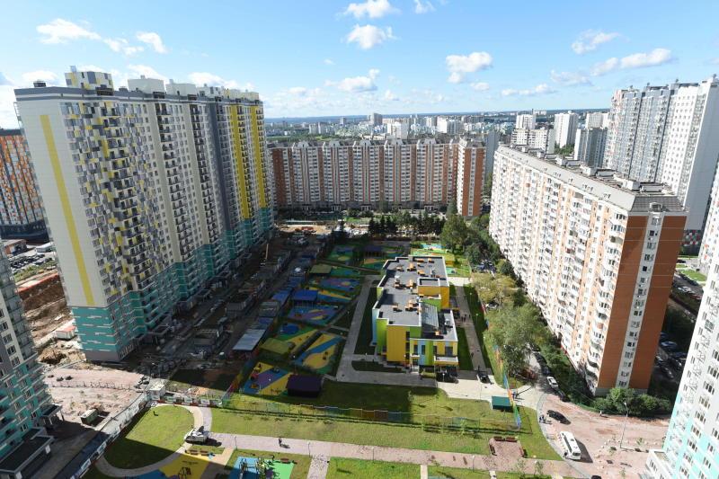 Полиция выяснят причины падения ребенка из окна на юге Москвы