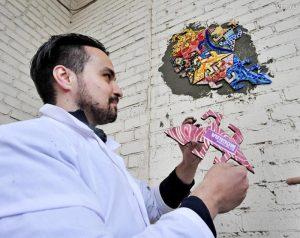 5 сентября жители художник Марат Набий и жители Нагорного района украсили арку дома на Варшавке мозаичными ящерицами. Фото: Пелагия Замятина.