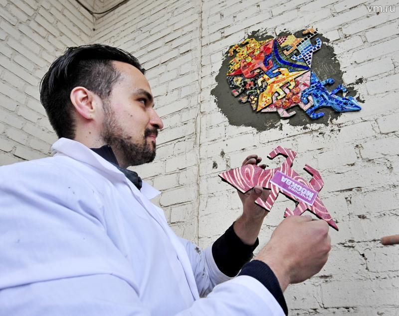 Мозаика из разноцветных ящериц украсила арку дома на Варшавском шоссе