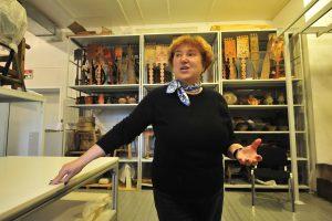 5 октября 2017 года. Ольга Полякова, накануне награжденная мэром знаком отличия, демонстрирует экспонаты музея. Фото: Пелагия Замятина