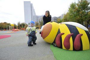 9 октября 2017 года. Местные жители Анна Пестова с сыном Матвеем играют на новой детской площадке.