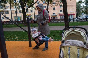 Евгения Эдина со своей дочкой Софией на качелях. Фото: Артем Житенев