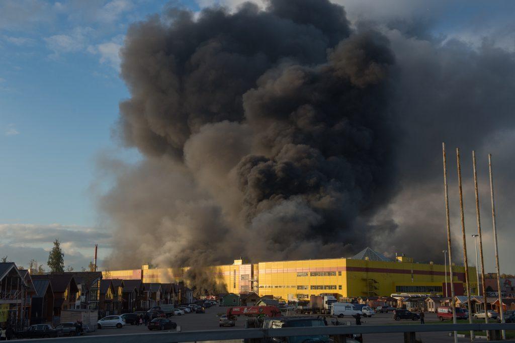 Пожар в торговом центре на МКАДе ликвидируют более 90 человек