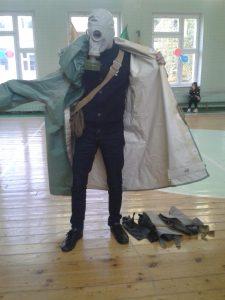 Ученики продемонстрировали умения снимать и надевать противогаз, по сборке и разборке оружия. Фото: пресс-служба школы №880