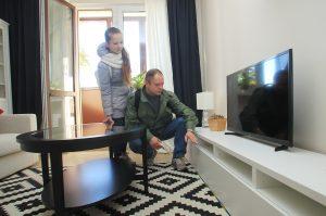 Олег Гречанинов и дочь Юлия думают, куда они поставят телевизор в своей гостиной. Фото: Наталия Нечаева