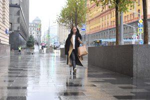 6 октября 2017 года. Москвичка Елена Бонзина идет на учебу по обновленной Лубянской площади. Фото: Пелагия Замятина