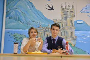 14 сентября 2017 года. Ученики школы № 1580 Лина Рахимова и Константин Конради обедают в школьном ресторане. Фото: Наталья Феоктистова