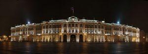Главный вход с Дворцовой площади через арки Зимнего дворца. Вечерний вид. Фото: wikipedia.org