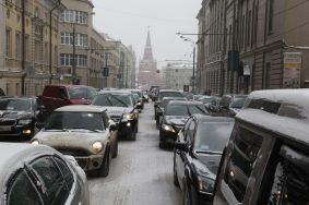 Водителей в Москве предупредили о пробках из-за снега
