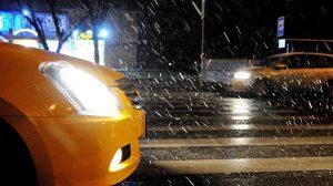 Этот снег не образует покрова, снежинки растают в воздухе или на теплой, мокрой земле. Фото: Игорь Ивандиков