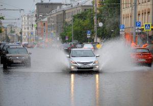 Водителей в Москве просят пересесть на общественный транспорт. Фото: Александр Кожохин