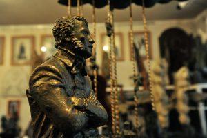 Памятник Пушкину тоже когда-то украшал стеллаж мастерской. Фото: Пелагея Замятина