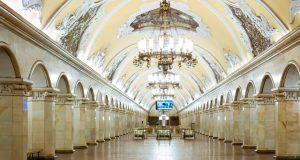 Часть покрытия уже очистили от налета и старой краски, также были промыты своды вестибюля. Фото: mos.ru