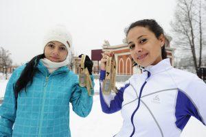 4 декабря 2017 года. Екатерина Баласанова и Светлана Крылова (слева направо) с медалями Афинского классического марафона. Фото: Пелагия Замятина