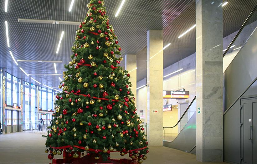 Новогодние елки украсят три станции МЦК на юге Москвы