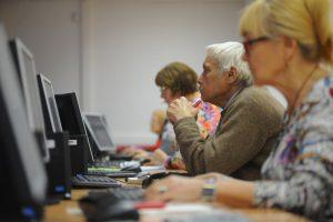 Урок интернет-грамотности провели члены Молодежной палаты Нагорного района для пожилых людей. Фото: Александр Кожохин, «Вечерняя Москва»