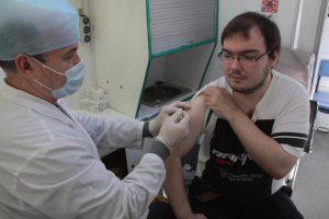 В мобильных пунктах у станций метро прививки сделали 157,4 тысяч человек. Фото: Павел Волков
