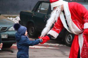 «Новогодние» фрукты от сказочных персонажей получили как взрослые, так и дети района. Фото: предоставлено аппаратом Совета депутатов