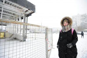 26 декабря 2017 года. Жительница округа Наталья Семенова пользуется этой станцией каждый день. Ее огорчает, что удобный, ближайший к дому вход в метрополитен, закрыт уже несколько лет. Фото: Пелагия Замятина