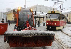 На улицах города работает снегоуборочная техника. Фото: Александр Кожохин