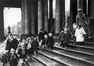 25 февраля 1943 года, Ленинград. Ребята из яслей № 237 на прогулке во время блокады. Сегодня эти малыши, дожившие до наших дней, приравнены к ветеранам Великой Отечественной войны. Фото: хроника ТАСС