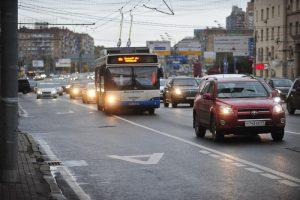 Выделенные полосы для общественного транспорта появятся на семи направлениях городских магистралей. Фото: Александр Казаков, «Вечерняя Москва»