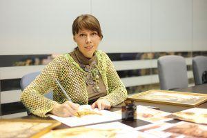 3 января 2018 года. Художница Юлия дорабатывает одну из своих «кофейных» картин. Фото: Пелагия Замятина