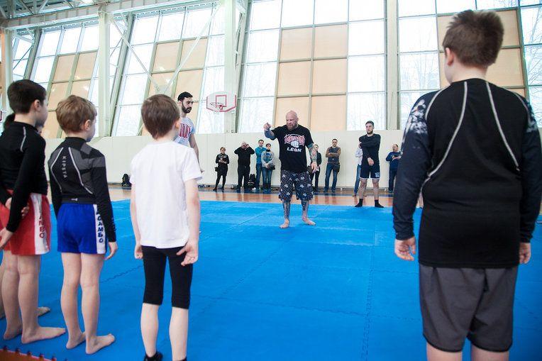 Джефф Монсон объясняет смысл упражнения по переносу собственного веса при атаке в нижней позиции. Фото: Иван Деденев