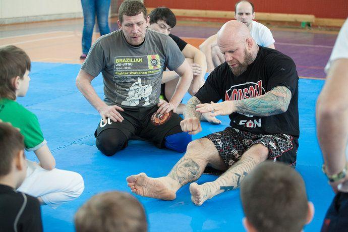 Упражнение на перебрасывание противника на правую или левую сторону. Фото: Иван Деденев