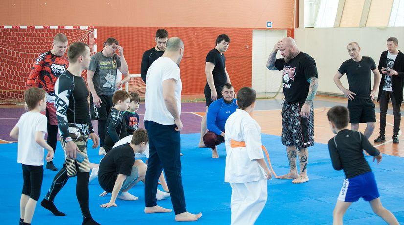 В мастер-классе чемпиона мира по смешанным единоборствам принимали участие как юноши, так и зрелые мужчины. Фото: Иван Деденев