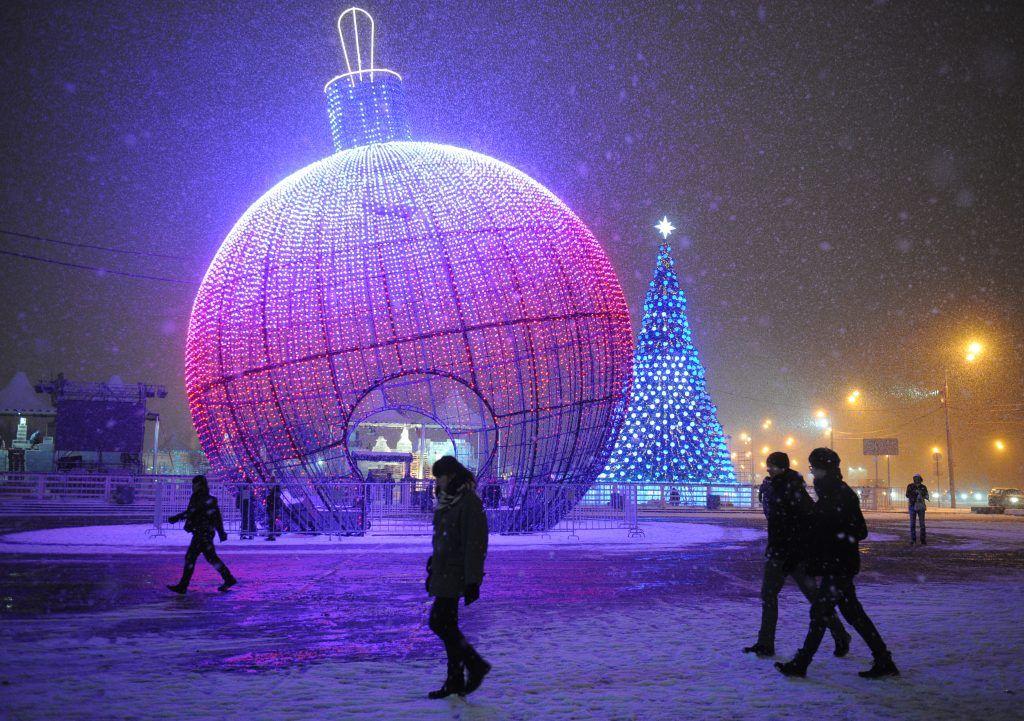 Элементы новогодних украшений начали демонтировать в Москве