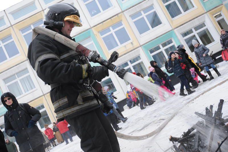 Более 300 человек эвакуировали из школы на юге Москвы из-за возгорания