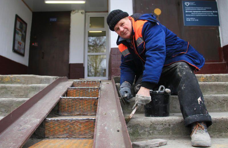 Более 10 подъемных платформ для маломобильных граждан установят в домах ЮАО