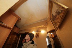 23 февраля 2018 года. Сергей Изотов показывает испорченный потолок. Фото: Сергей Шахиджанян