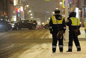 На скользкой дороге и в сильный снегопад риск аварий повышается. Фото: Пелагия Замятина