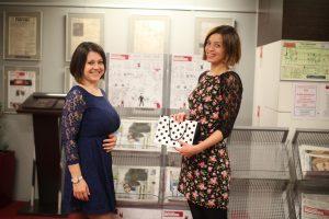 Ксения Кириленко (справа) вручает приз победительнице фотоконкурса Елизавете Сидоренковой. Фото: Татьяна Родионова