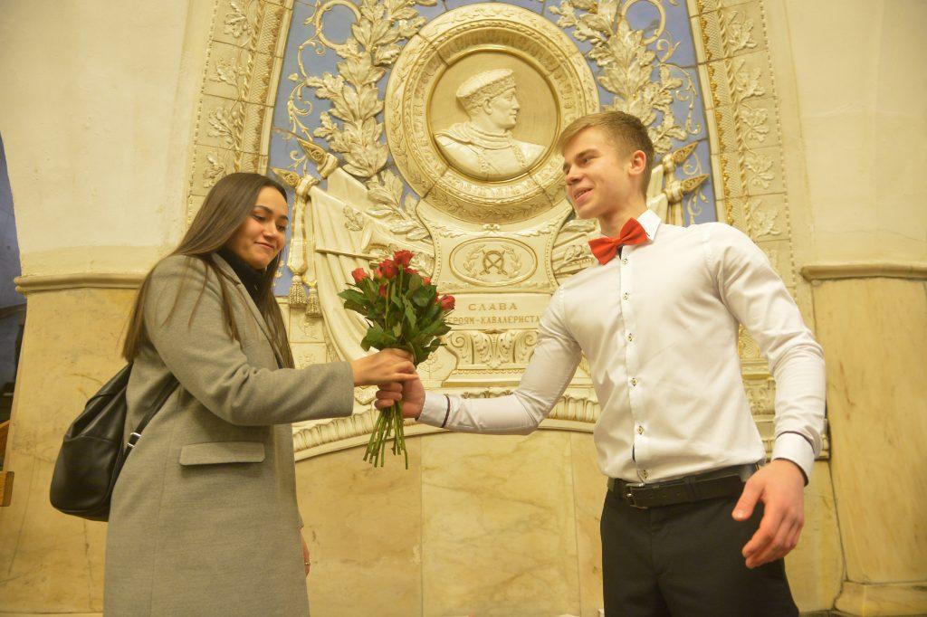 Представители метро поздравили москвичек с 8 Марта